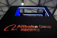 Un cartel de Alibaba visto en una conferencia de productos electrónicos en Shanghái, China. 12 de mayo de 2016. El gigante de comercio electrónico chino Alibaba Group Holding Ltd reportó el jueves una escalada de 59 por ciento en sus ingresos trimestrales, más que lo previsto y pese a una desaceleración de la economía china. REUTERS/Aly Song/File Photo