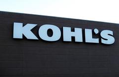 Магазин Kohl's в Калифорнии. Kohl's Corp <KSS.N> отчитался о превзошедшей прогнозы квартальной прибыли за счёт улучшения контроля над производственными запасами и тёплой погоды, способствовавших росту продаж летней одежды и аксессуаров.     REUTERS/Mike Blake/File Photo