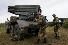Украинские военные готовят систему залпового огня Град во время военных учений. Украина привела армию в повышенную боевую готовность в ответ на отказ Кремля от мирных переговоров после инцидента в аннексированном Крыму, который Москва называет украинской диверсией, а Киев - российской провокацией.   REUTERS/Valentyn Ogirenko