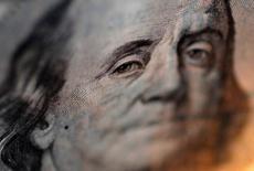 El rostro de Benjamin Franklin en un billete de 100 dólares en una ilustración realizada en Tokio, sep 9, 2010. El dólar subió el jueves después de que un importante funcionario de la Reserva Federal de Estados Unidos abogó en favor de un aumento de las tasas de interés este año y antes de un reporte sobre ventas minoristas en julio que se conocerá el viernes.   REUTERS/Yuriko Nakao/File Photo