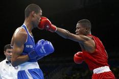 O atleta Jonas Junius da Namíbia (de vermelho) luta contra o atleta francês Hassan Amzile nos Jogos do Rio 11/08/2016  REUTERS/Peter Cziborra