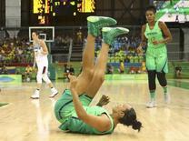Kelly, da seleção feminina de basquete do Brasil, cai durante derrota para a França na Rio 2016 11/08/2016 REUTERS/Marko Djurica
