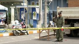 Полиция изучает место взрыва в Хуахине. Серия взрывов произошла на трех популярных курортах на юге Таиланда в четверг и пятницу, в результате чего два человека погибли и десятки пострадали. Это случилось всего через несколько дней после того, как страна на референдуме одобрила проект новой конституции, разработанный военным правительством. REUTERS/REUTERS TV