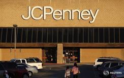 Магазин J.C. Penney в Аркадии, Калифорния 1 марта 2013 года. Квартальный убыток оператора сети универмагов J.C. Penney Co Inc сократился более чем в два раза благодаря снижению расходов и росту продаж товаров для дома, обуви, а также косметики марки Sephora. REUTERS/Mario Anzuoni