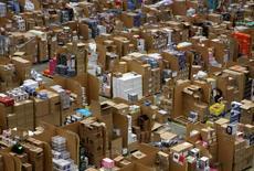 """Trabajadores de Amazon recopilan los pedidos de los clientes durante la semana de ventas de """"Viernes Negro"""" en un centro de la compañía en Hemel Hempstead, Gran Bretaña. 25 de noviembre de 2015. Los inventarios en Estados Unidos subieron moderadamente en junio, cuando las ventas registraron su mayor incremento en casi tres años y medio, lo que sugiere que las empresas avanzan en la reducción de un exceso de existencias que ha pesado sobre el crecimiento económico desde el año pasado. REUTERS/Neil Hall"""