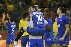 Brasileiras Jessica Quintino e Bárbara Arenhart comemoram vitória 12/08/2016 REUTERS/Marko Djurica