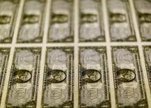 Dólares en una mesa de luz en la Casa de la Moneda de Estados Unidos en Washington, nov 14, 2014. El dólar se debilitó el viernes después de que las ventas minoristas de Estados Unidos se mantuvieron sorpresivamente estables en julio, mientras que los precios al productor también cayeron este mes, lo que generó preocupación sobre la fortaleza del crecimiento económico del tercer trimestre.  REUTERS/Gary Cameron/File Photo