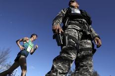 Membro da Guarda Nacional de guarda durante prova da Marcha Atlética durante os Jogos do Rio 12/08/2015 REUTERS/Damir Sagolj