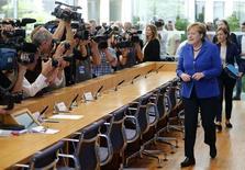 La canciller alemana, Angela Merkel, ha invitado a los ejecutivos de algunas de las mayores empresas cotizadas alemanas a que asistan a una cumbre el próximo mes donde les instará a que contraten a más refugiados, dijo el sábado el diario Bild. En la imagen de archivo, Merkel antes de una conferencia de prensa en Berlín, REUTERS/Hannibal Hanschke