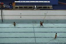 Funcionários limpam a piscina do Maria Lenk. 14/08/2016   REUTERS/Stefan Wermuth