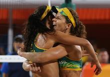 Larissa e Talita comemoram vitória.  14/08/2016.  REUTERS/Adrees Latif