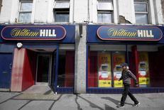 Le bookmaker britannique William Hill a annoncé lundi avoir rejeté une offre de rachat révisée soumise par ses concurrents 888 et Rank Group, expliquant qu'elle restait insuffisante en termes de valorisation. /Photo prise le 25 juillet 2016/REUTERS/Neil Hall