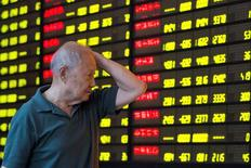 Un inversor mira una pantalla que muestra información bursátil, en una correduría en Nanjing. 27 de julio de 2016. Las acciones chinas avanzaron el lunes a su nivel más alto en más de siete meses en medio de las apuestas de que los decepcionantes datos económicos de junio llevarán a Pekín a anunciar nuevas medidas de estímulo. China Daily/via REUTERS
