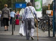 Una pensionada camina en un distrito comercial en Berlín, Alemania. 3 de septiembre de 2012. Alemania debería estudiar la posibilidad de subir la edad de jubilación a los 69 años para 2060, desde los cerca de 65 actuales, si no quiere arriesgarse a verse imposibilitado de pagar las pensiones en el futuro, dijo el lunes el banco central. REUTERS/Thomas Peter