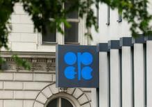 El logo de la OPEP en su sede de Viena, el 30 de mayo de 2016. La OPEP retomaría las negociaciones que buscan congelar los niveles de producción en su cita del mes próximo cuando se reúna con productores externos al cartel, apoyada en la aspiración de Arabia Saudita de impulsar los precios, según fuentes, aunque Irán, Irak y Rusia se resistan a un acuerdo de este tipo. REUTERS/Heinz-Peter Bader