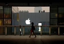 Berkshire Hathaway, le groupe dirigé par l'investisseur Warren Buffett, a augmenté sa participation dans Apple de 55% au cours du deuxième trimestre, selon un document boursier détaillant ses investissements au 30 juin. /Photo prise le 28 juillet 2016/REUTERS/Thomas Peter