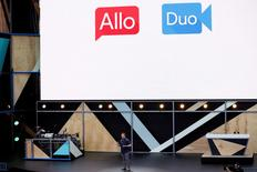 Google lanzó el martes el servicio de videollamadas Google Duo, que sólo requiere un número de teléfono para comenzar una comunicación con cualquier contacto que use un teléfono móvil con sistema Android o iOS. En esta imagen de archivo, Erik Kay, director de ingeniería de Google, presenta Allo y Duo durante la conferencia de desarrolladores Google I/O 2016 en Mountain View, el 18 de mayo de 2016. REUTERS/Stephen Lam