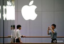 Un hombre usa su teléfono junto a una tienda de Apple en Pekín en julio de 2016. Apple Inc impulsará su inversión en China, uno de sus mercados más importantes pero donde cada vez experimenta más dificultades, y construirá en el país su primer centro de investigación y desarrollo en Asia-Pacífico, dijo el martes el presidente ejecutivo de la firma, Tim Cook. REUTERS/Thomas Peter