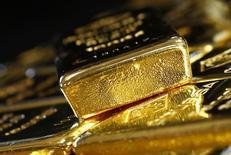 Золотые слитки. Золото дорожает во вторник на фоне падения доллара до семинедельного минимума, поскольку трейдеры поумерили ожидания повышения процентной ставки ФРС после комментариев ее чиновника.  REUTERS/Leonhard Foeger