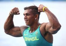Isaquias Queiroz comemora vitória de medalha de prata 16/08/2016 REUTERS/Damir Sagolj