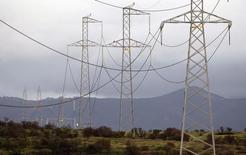 Líneas de alta tensión junto a una carretera en Puchuncaví, Chile, sep 5, 2014. Las ofertas de una exitosa licitación de suministro eléctrico en Chile anticipan precios por debajo de los 60 dólares por megavatio/hora, lo que mejora las expectativas del mercado y asegura una mayor competitividad, dijo el martes a Reuters el ministro de Energía, Máximo Pacheco.    REUTERS/Eliseo Fernandez