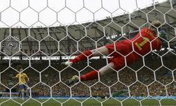 Goleira sueca defende cobrança de pênalti de Andressinha. 16/08/2016 REUTERS/Leonhard Foeger