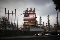 Флаг США на НПЗ Tesoro в Лос-Анжелесе. Потребительские цены в США не изменились в июле, но рост в промпроизводстве и строительстве домов указывает на подъем экономической активности, способный склонить ФРС к увеличению процентных ставок в этом году. REUTERS/Lucy Nicholson (UNITED STATES)
