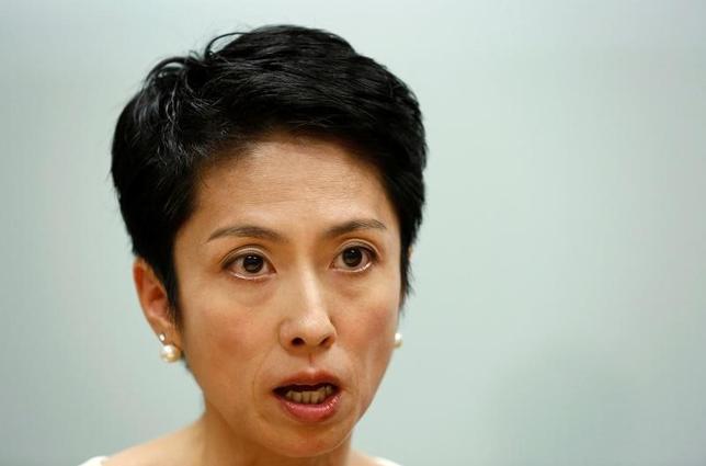 8月17日、9月に行われる民進党の代表選に出馬表明している蓮舫代表代行はロイターとのインタビューに応じ、アベノミクスは行き詰っているとし、経済政策はお金の使い方を人に向けていくことで個人の将来不安の解消を図ることが重要との認識を示した。写真は都内で16日撮影(2016年 ロイター/Kim Kyung Hoon)