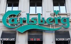 Логотип Carlsberg на входе в паб в Брюсселе. Датская пивоваренная компания Carlsberg представила полугодовые результаты, которые оказались ниже ожиданий аналитиков, однако сообщила, что сохранит прогноз на 2016 год ввиду прогресса в реализации стратегии сокращения затрат.  REUTERS/Yves Herman