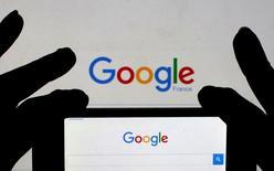 Поисковая страница Google на экране смартфона. Российский суд отклонил апелляционную жалобу Google, поданную в рамках разбирательства с Федеральной антимонопольной службой, сообщил во вторник регулятор.  REUTERS/Eric Gaillard/Illustration/File Photo