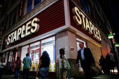 Магазин Staples в Нью-Йорке. Крупнейший ритейлер товаров для офиса Staples отчитался о падении квартальных продаж на 3,7 процента, причиной которого стало закрытие ряда магазинов и укрепление доллара. REUTERS/Eduardo Munoz