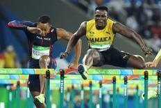 Jamaicano Omar McLeod durante competição dos 110m com barreiras na Rio 2016.      17/08/2016      REUTERS/Lucy Nicholson