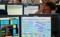 Operadores de la correduría londinense BGC reaccionan tras la apertura de los mercados, jun 24, 2016. La confianza de la población británica en la economía cayó abruptamente desde el referendo que decidió la salida de Reino Unido de la Unión Europea, según mostró un sondeo de opinión.         REUTERS/Russell Boyce/File Photo