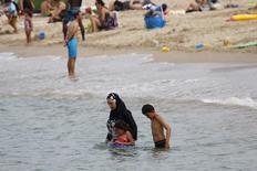 Una mujer musulmana viste un burkini en una playa de Marsella. 17 de agosto 2016. Diez mujeres musulmanas que usaban burkinis en la playa fueron controladas por la policía en la ciudad francesa de Cannes, a tres semanas de que se impuso una prohibición temporal del traje de baño que cubre todo el cuerpo, dijo un funcionario local. REUTERS/Stringer. ATENCIÓN EDITORES, LA LEY FRANCESA EXIGE QUE LOS ROSTROS DE MENORES SEAN CUBIERTOS.