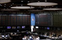 Operadores trabajando en el Mercado de Valores de Buenos Aires, dic 16, 2015. La bolsa argentina bajaba el miércoles, tras sus primeras anotaciones, liderada por ventas sobre acciones de la gigante petrolera estatal YPF.   REUTERS/Marcos Brindicci