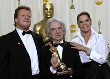 Arthur Hiller segura seu prêmio humanitário Jean Hersholt ao lado de Ryan O'Neal e Ali McGraw durante a premiação do 74 º Oscar, em Hollywood, na Califórnia  24/03/2002 REUTERS/Mike Blake/File Photo