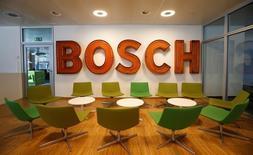 """L'équipementier automobile allemand Robert Bosch a participé """"consciemment et activement"""" à la stratégie élaborée par Volkswagen AG afin de contourner les normes d'émission aux Etats-Unis, rapportent des avocats de plaignants américains propriétaires de véhicules diesel. /Photo prise le 29 juillet 2016/REUTERS/Michaela Rehle"""