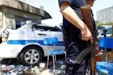 Полицейский охраняет вход в штаб-квартиру турецкой полиции в Анкаре. 18 июля 2016 года. По меньшей мере трое полицейских погибли и около 100 человек получили ранения в результате взрыва заминированного автомобиля возле одного из полицейских участков города Элязыг на востоке Турции в четверг, сообщили источники в службах безопасности. REUTERS/Osman Orsal
