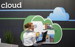 """Selon des analystes financiers et des recruteurs, l'annonce mercredi par Cisco Systems d'un projet de suppression de 5.500 postes ne devrait pas être le dernier plan de réduction d'effectifs décidé par la Silicon Valley, les entreprises de """"hardware"""" peinant à s'adapter à l'évolution rapide des technologies. De fait, le poids des applications mobiles et de l'informatique dématérialisée, le """"cloud"""", ne cesse d'augmenter au détriment de la vente de matériel - ordinateurs, semi-conducteurs, serveurs, routeurs ou autres. /Photo d'archives/REUTERS/Fabrizio Bensch"""