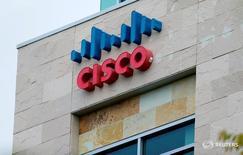Логотип Cisco в Сан-Диего, Калифорния. Cisco Systems Inc сообщила, что сократит около 7 процентов штата, что приведёт к расходам до $400 миллионов в первом квартале, поскольку компания переключает внимание с устаревшего оборудования на высокодоходное программное обеспечение. REUTERS/Mike Blake/File Photo