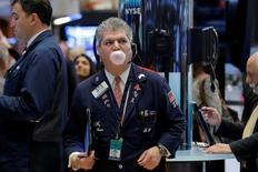 Трейдеры на фондовой бирже в Нью-Йорке. 24 мая 2016 года. Американский фондовый рынок торговался без выраженной динамики в начале сессии четверга, несмотря на рост цен на нефть и хороший отчёт Wal-Mart. REUTERS/Brendan McDermid/File Photo