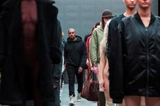 Kanye West caminha entre modelos após apresentar coleção em parceria com a Adidas na Semana de Moda de Nova York 12/02/2015  REUTERS/Lucas Jackson/File photo