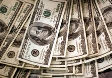 Em foto de arquivo, notas de dólar são vistas em banco em Westminster, Colorado 03/11/2009 REUTERS/Rick Wilking/File Photo