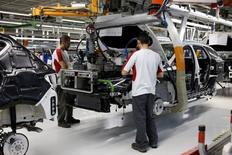 España redujo un 33,7 por ciento su déficit comercial en el mes de junio respecto al mismo mes del año anterior, gracias a un aumento de las exportaciones hasta un nivel récord para el sexto mes del año. En la imagen de archivo,  trabajadores en la fábrica de Seat en Martorell en diciembre de 2014.  REUTERS/Gustau Nacarino/