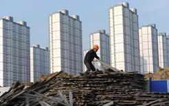 La hausse des prix immobiliers dans les principales villes de Chine semble avoir ralenti en juillet, ce qui pourrait réduire le risque de bulles immobilières mais suggère aussi que la construction, l'un des principaux moteurs de la croissance, perd de son élan. /Photo d'archives/REUTERS