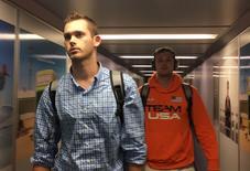 Nadadores norte-americanos Jack Conger e Gunnar Bentz vistos em aeroporto.   19/08/2016        REUTERS/Cassandra Garrison