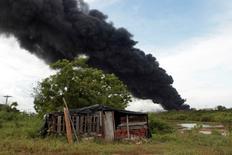 Una columna de humo provocada por un incendio en una terminal petrolera vista desde Puerto Sandino, Nicaragua, ago 18, 2016. El incendio en una terminal petrolera de Puma Energy en Nicaragua está confinado a dos tanques, dijeron el viernes las autoridades del país, mientras que bomberos y expertos internacionales siguen trabajando para extinguir las llamas.    REUTERS/Oswaldo Rivas