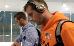 Nadadores norte-americanos Jack Conger e Gunnar Bentz chegam a Miami em voo que os trouxe do Brasil 19/08/2016 REUTERS/Cassandra Garrison via Reuters TV