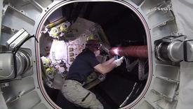 Astronauta da Nasa Jeff Williams trabalha em módulo conectado à Estação Espacial Internacional, em imagem da NasaTV 06/06/2016 NASA/Handout via Reuters