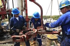 Trabajadores petroleros en el Campo Rubiales en Meta, en Colombia. 23 de enero de 2013. La producción petrolera de Colombia cayó un 10,7 por ciento en julio, en comparación con el mismo mes del 2015, y se mantuvo por debajo de 1 millón de barriles por día (bpd) ante la baja de los precios del crudo, informó el viernes el Ministerio de Minas y Energía. REUTERS/Jose Miguel Gomez